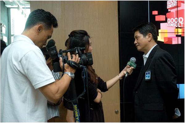 คุณวิบูล จันทรดิลกรัตน์ ให้สัมภาษณ์นักข่าว เกี่ยวกับงานรับสร้างบ้าน 2011